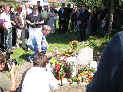 Mehr als 50 Menschen beteiligten sich an der Einweihung des Gedenksteins für Rick