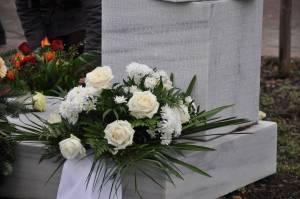 130301 Namensstele mit Blumen